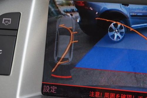 バックカメラも付いていて、コーナーセンサーのイラストも表示!