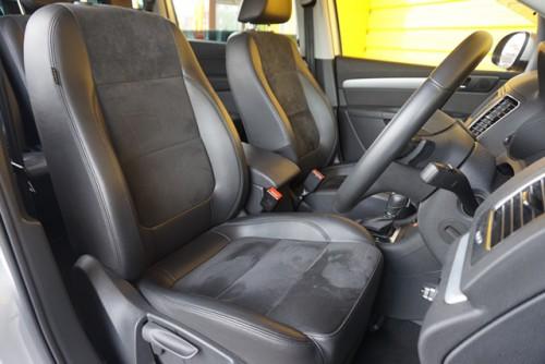 ブラックハーフレザーシートの装備で、シートヒーターの装備なども御座います!!