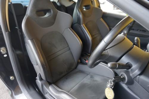 バケットタイプの黒ハーフレザーシートの座り心地も必見です!!