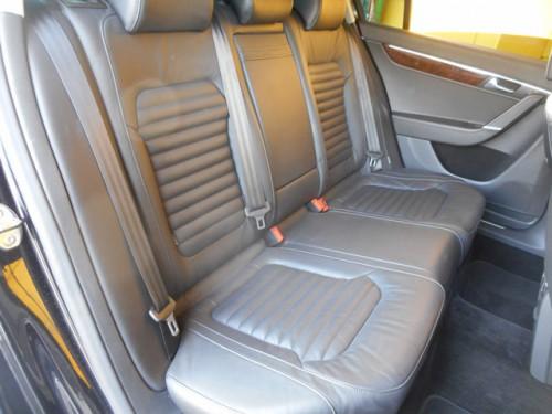 後部座席も当然ブラックレザーシートの装備です!ひじ掛けやドリンクホルダーも付いてます!