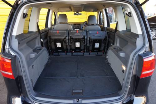 ラゲッジスペースとしても広々と使えるお車です!!