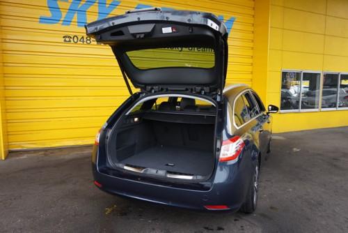 とても広々と使えるラゲッジルームは、トランクスルーも可能な必見のお車です!!