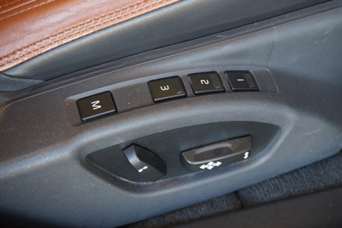 運転席はメモリー機能付きパワーシートの装備となっております!!