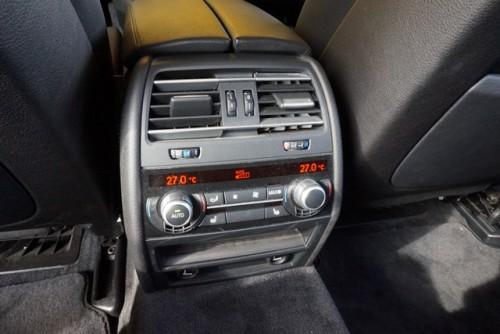 後部座席用のシートヒーターやエアコンなどの充実した装備です!!